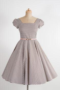 LORETTA hnědé se vzorem kytiček šaty mají hranatý výstřih a kolovou sukni řasené rukávky zdobené knoflíčkem pásek s ozdobnou sponou délka sukně 60cm, zip na zádech materiál 100% bavlna skladem velikost 36 Hnědé retro šaty s jemným květinovým vzoreminspirované módou 50. let se hodí pro méně významné společenské události, ale i na denní nošení. Širokou ...
