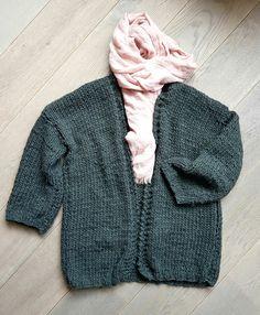 Een fijn breiproject dat ook zeer geschikt is voor beginners. De Luna wol van Borgo de Pazzi is lekker zacht en luchtig waardoor het vest heerlijk draagt. De beschrijving is voor een maat medium, m…