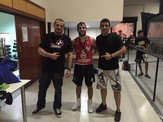 Treinadores da Equipe RD Boxe e o atleta Arthur Souza na vitoria no valiant 16