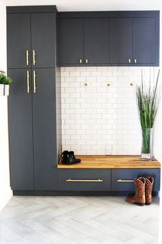3 Ways to Design the Perfect Mudroom Whether it's a full-fledged mudroom or a makeshift entryway, decorating these spaces is almost always tricky. Here are 3 ways to design the perfect mudroom. Mudroom Cabinets, Mudroom Laundry Room, Home Interior, Interior Design Living Room, Living Room Designs, Interior Doors, Rooms For Rent, Entryway Decor, Entryway Ideas