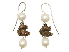Earrings with frogs in bronze, silver and pearls.