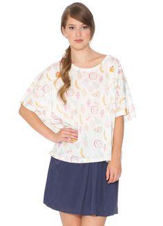 Camiseta extragrande de talla única. Estampado de frutas con colores pastel sobre fondo blanco