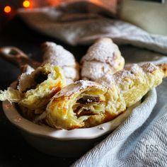 Keine Frühstücksbrötchen im Vorratsschrank? Kein Problem, diese Croissants bestehen aus nur 4 Zutaten und sind im handumdrehen gemacht! Zutaten: Blätterteig Nuss-Nougat-Creme 1 Eigelb Puderzucker Z…