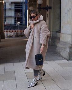 Winter Street Casual Chic To Copy Right Now 06 Winter Looks, 00s Mode, Mode Outfits, Fashion Outfits, Hijab Style, Cozy Winter Outfits, Mode Chic, Winter Mode, Teddy Coat