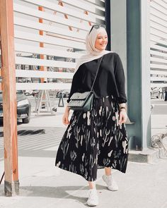 The skirts move backward and forward! And for what will hopefully be warm summer this year. Hijab Fashion Summer, Street Hijab Fashion, Modern Hijab Fashion, Skirt Fashion, Fashion Outfits, Geek Fashion, Fasion, Stylish Hijab, Muslim Women Fashion
