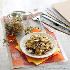 Quinoa-Salat mit getrockneten Paradeisern, Schafkäse & Sprossen » Kochrezepte von Kochen & Küche Quinoa Salat, Veggies, Ethnic Recipes, Food, Quinoa Recipe, Cooking Rice, Sprouts, Eat Lunch, Fresh