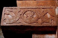 Capitel del Sol. Santa María de Quintanilla de las Viñas, Burgos. Aparece la inscripción SOL y busto masculino.