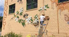Kunstenaar reist de hele wereld over om 50.000 bijen te schilderen