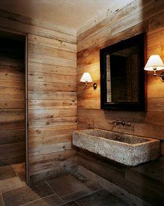 vasque en pierre, parement mural en bois, salle de bains fantastique