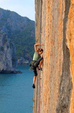 Rock climbing in Catba and Lan Ha bay Travel guide Cat Ba Monkey Island Resort Climbing Girl, Sport Climbing, Ice Climbing, Mountain Climbing, Mountain Biking, Climbing Tattoo, Rock Climbing Techniques, Rock Climbing Training, Trekking