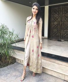 Indian fashion has changed with each passing era. The Indian fashion industry is rising by leaps and bounds, and every month one witnesses some new trend o Indian Attire, Indian Wear, Kurta Designs, Blouse Designs, Pakistan Street Style, Mode Hijab, Pakistani Outfits, Indian Designer Wear, Indian Dresses