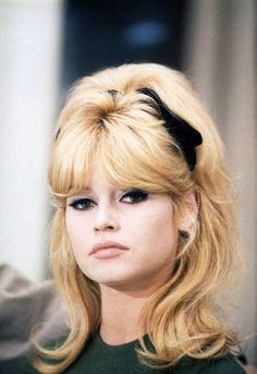 Hair Blonde Fringe Brigitte Bardot New Ideas Brigitte Bardot, Bridget Bardot Makeup, 1960s Hair, Retro Hairstyles, Prom Hairstyles, French Actress, Mode Vintage, Belle Photo, Divas