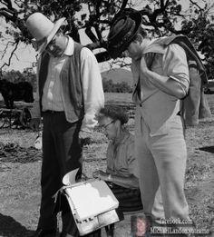 Hoss (Dan Blocker) Little Joe (Michael Landon) repasando su libreto en el episodio  The Dream Riders que salió al aire en Mayo 20 de 1961 y fue grabado en Marzo del mismo año.