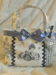 No pattern or tutorial. But I think I can figure it out. Patchwork Bags, Quilted Bag, Handmade Handbags, Handmade Bags, Craft Bags, Fabric Bags, Tote Purse, Beautiful Bags, Bag Making