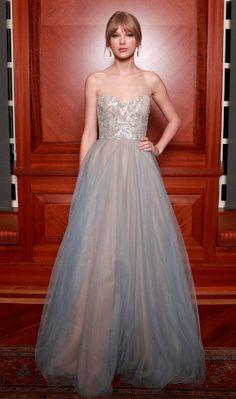 Taylor investe no look romântico com saia de tule e corpete trabalhado. Totalmente princesa!