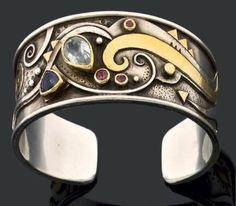 Linda LADURNER Bracelet manchette ouvert en argent, or, iolite, aigue-marine, rhodolite