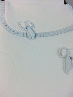 detalle de lacitos y plisado en jacquard