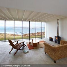 Das Wohnzimmer Ist Minimalistisch Eingerichtet: Sitzbereich Und Kaminofen U2013  Kein Schnickschnack. Holzliege Und Sessel