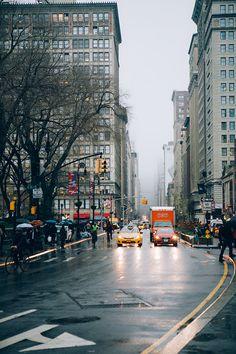 J'ai encore mis des semaines à trier mes photos, mais quand il s'agit de NY, je ne peux pas m'empêcher d'essayer 36 combinaisons de lumières et contrastes sur chaque photo parce que c'est tellement choueeeeeette ! Je me retrouve donc, en plus, à devoir choisir entre plusieurs effets. Mais bref, j'ai fini par réussir à trier tout ça, et voici une petite sélection de ce petit séjour à New York. Cette année, l'aller a été plus qu'épique, entre un vol raté et un problème de passeport, tellement…