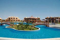 Egitto-Mar Rosso  BERENICE  La spiaggia davanti al resort è di sabbia e roccia, attrezzata con ombrelloni e lettini. L'accesso al mare è diretto, il fondale è sabbioso misto a corallo, roccia e ciottoli.