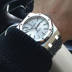 _____________________________________________________ AP Royal Oak Ref: _____________________________________________________ All credits goes to photographer/ owner Tag your photos with: Best Watches For Men, Luxury Watches For Men, Cool Watches, Popular Watches, Dream Watches, Audemars Piguet Gold, Audemars Piguet Watches, Patek Philippe, Breitling