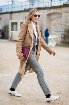 Street style look maxi casaco bege, calça cinza, sapato com meia aparente e maxi clutch burgundy.