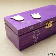 """Krabička nejen na čaj - Fialová, tulipánová... Představuji Vám """"Fialovou, tulipánovou..."""" krabičku, která výborně poslouží pro uložení čajových sáčků a zároveň bude praktickým bytovým doplňkem. Krabička je dřevěná, má obdélníkový tvar. Celá krabička je namalovanávýrazným fialovýmodstínem akrylové barvy, na víčku a přední straně jsou namalovány ..."""