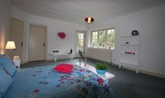 Een slaapkamer die al vijftig jaar door de zelfde bewoner werd gebruikt kreeg een lik verf, nieuwe accessoires en daardoor een frissere indruk.