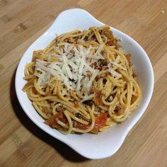 Spagetti Bolonez ( Spaghetti Bolognese ) - Aslı Marengo #yemekmutfak.com Spagetti Bolonez makarnaya en çok yakışan İtalya kökenli soslardan birisidir. Kıyma, havuç, kereviz sapı, bol domates ve çeşitli baharatlarla hazırlanan ragu olarak da bilinen bu sos, İtalya'da makarna dışında değişik yemeklerde de kullanılır. Bol domates soslu, bir çeşit kıymalı makarnadır.