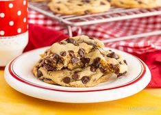 With a few easy tips, the classic Nestle Toll House Cookie recipe goes from good to great! Your friends and family will all want your making cookie secrets! Classic Chocolate Chip Cookies Recipe, Nestle Chocolate Chip Cookies, Chocolate Cookie Recipes, Chocolate Chip Oatmeal, Easy Cookie Recipes, Dessert Recipes, Oven Recipes, Tollhouse Cookie Recipe, Chip Cookie Recipe