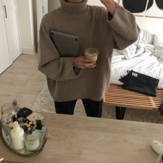 The Chicest Legging Outfits Feature One of These 5 Comfortable Tops - The best comfortable sweater to wear with leggings - Fall Winter Outfits, Autumn Winter Fashion, Summer Outfits, Basic Fashion, Style Fashion, Minimal Fashion, December Outfits, How To Pose, Cool Shirts