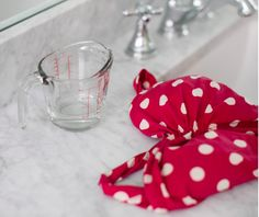 Wash Delicates Use vinegar instead of detergent to hand-wash delicates and swim suits. Add 14 cup of vinegar to a sink full of lukewarm water and soak delicates for 15 to 30 minutes. Rinse thoroughly and air Household Cleaning Tips, Cleaning Recipes, Cleaning Hacks, Household Cleaners, Cleaners Homemade, Diy Cleaners, Vinegar In Laundry, Smelly Drain, Guter Rat