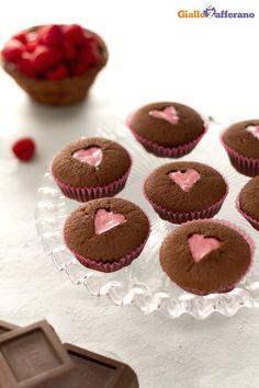 I #CUPCAKE AL CIOCCOLATO E CUORE ROSA (chocolate cupcakes with pink hearts) sono piccole delizie al cioccolato fondente che nascondono un cuore goloso di crema ai lamponi. #ricetta #GialloZafferano #italianrecipe
