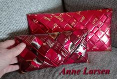 Finsk taske 2 Candy Wrappers, Gift Wrapping, Gifts, Bags, Candy Cards, Gift Wrapping Paper, Handbags, Presents, Wrapping Gifts
