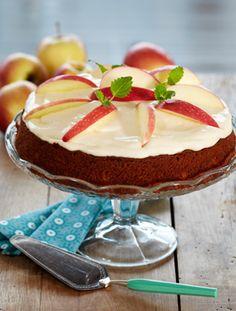 Bag en lækker æblekage med kanel og en creme af flødeost og vaniljesukker