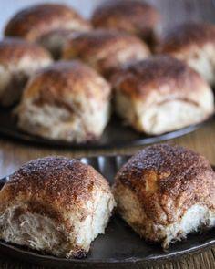 Hveteboller med sprø kaneltopping   Det søte liv Hamburger, Muffin, Bread, Baking, Breakfast, Food, Morning Coffee, Brot, Bakken