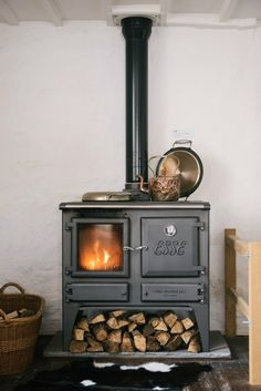hygge home with a beautiful wood stove Casa Hygge, Hygge Home, English Country Kitchens, Country Interior Design, Devol Kitchens, Cooking Stove, Stove Oven, Cooking Pork, Stove Fireplace
