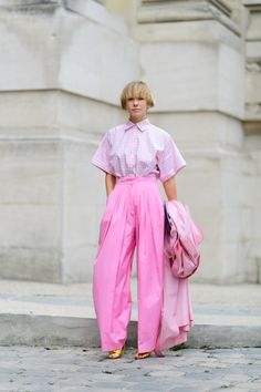 50 Refreshing Spring Outfits We're Dying To Try Who knows more about new takes on dressing than the ladies of street style? Click through to see easy style hacks to steal this spring, here. An essential outfit for the season: A white blouse,. Spring Outfits Women, Pink Outfits, Colourful Outfits, Rosa Style, Look Rose, Monochrome Outfit, Looks Street Style, Pink Fashion, Fashion Outfits