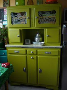buffet mado vert Plus Paint Furniture, Furniture Makeover, Deco Retro, Retro Renovation, Herd, Kitchen Cupboards, Furniture Inspiration, Vintage Kitchen, 1950s Kitchen