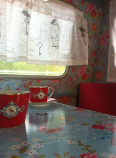 So pretty, clever ladies! The painting paint shop: Old caravan Retro