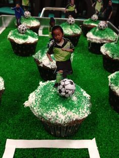 Super cute End of Season treat! Great job Team Mom! Soccer Treats, Soccer Snacks, Team Snacks, Kids Soccer, Soccer Banquet, Soccer Theme, Soccer Birthday Parties, Soccer Party, Soccer Cupcakes