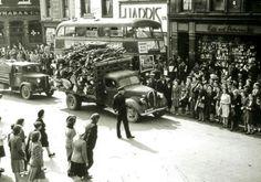 Bachelor's Walk 1947 with thx 24 Dublin bus on its way to Marino Dublin Street, Dublin City, Old Pictures, Old Photos, Vintage Photos, Irish Prayer, Old Irish, Irish Culture, Ireland Homes