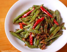 I actually had this in a chinese restaurant with mushrooms and it was the best food i've ever ordered off of a chinese menu! Must try this dish Dry Fried Green Beans, Crispy Green Beans, Cooking Green Beans, Healthy Asian Recipes, Side Recipes, Vegetarian Recipes, Green Bean Dishes, Green Bean Recipes, Beans Recipes