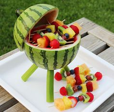 Watermelon Grill with Fruit Kabobs Make a watermelon centerpiece that's functional and edible. Add some fruit kabobs and you've got a BBQ grill that will thrill. Watermelon Centerpiece, Watermelon Carving, Carved Watermelon, Fruit Recipes, Summer Recipes, Cooking Recipes, Cooking Tips, Shot Recipes, Picnic Recipes