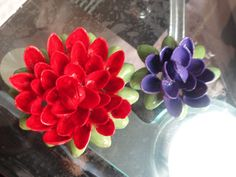 DIY: Pistachio Shell Flowers – Doses Of Randomness Walnut Shell Crafts, Pista Shell Crafts, Burlap Crafts, Diy Crafts, Recycled Crafts, Diy Paso A Paso, Pistachio Shells, Shell Flowers, Pine Cone Crafts