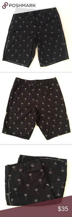 Men's Rag and Bone Wilson Palm Print Shorts 33 Rag and Bone Wilson Palm Print Shorts -Sz 33 -Button-fly closure -Minor flaw in crotch area(pictured) -Loose threads(pictured)  Inseam: 11 Inches Outseam: 22 Inches Flat waist length: 17.5 Inches Rise: 11.5 Inches rag & bone Shorts