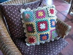 Almofada colorida feita em barbante tingido. 45 por 45cm (não acompanha recheio). Na compra de duas almofadas o total é de 100 reais. R$ 60,00