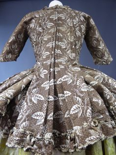 Rear view, casaquin à la francaise, France, c. 1750-1770. Indienne cotton brocaded with cream leaves on dark brown figured ground, self-fabric trim; Cotton lining, made of different fabrics.