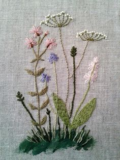 Embroidery on canvas Hand Embroidery Projects, Hand Embroidery Stitches, Silk Ribbon Embroidery, Embroidery Applique, Floral Embroidery, Cross Stitch Embroidery, Embroidery Patterns, Colchas Quilt, Bordados E Cia
