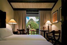 La estancia para este fantástico viaje es en el Machu Picchu Sanctuary Lodge, cuyas dos suites presidenciales son el alojamiento más lujoso del hotel. La habitacíon incluye una terraza amueblada en la que se puede contemplar las maravillosas vistas de las montañas.